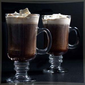 Европейский айриш кофе в спецбокалах на черном фоне