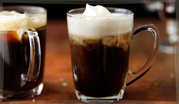 два бокала ирландского кофе на столе