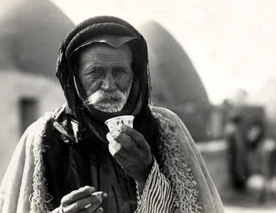 арабский бедуин с чашкой кофе