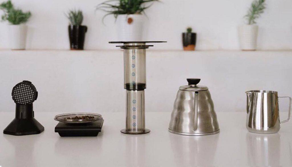 аэропресс, чайник, фильтр, крышка и кружка