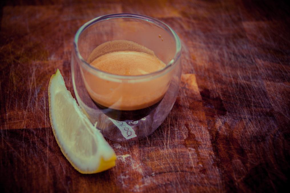 кофе на столе рядом с лимоном