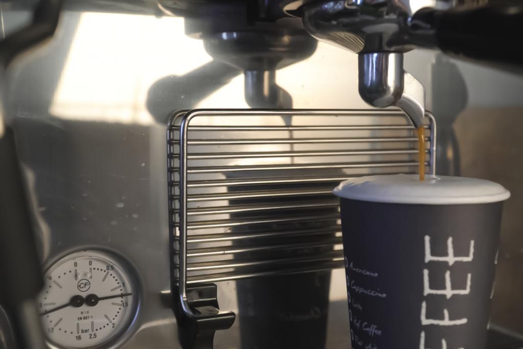 черный стакан и кофемашина