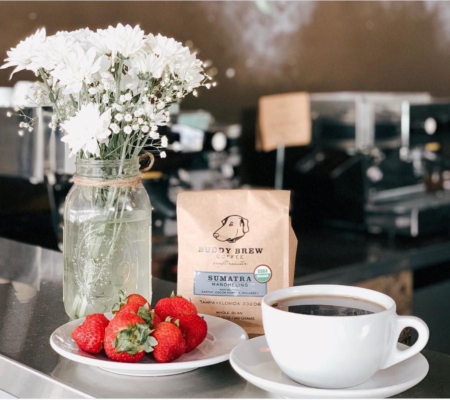 чашка кофе, клубника и цветы