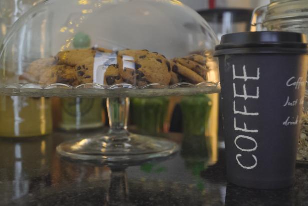 стакан кофе возле пряников