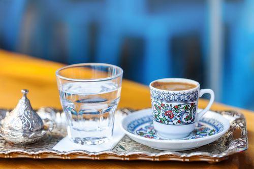 подача турецкого кофе с водой