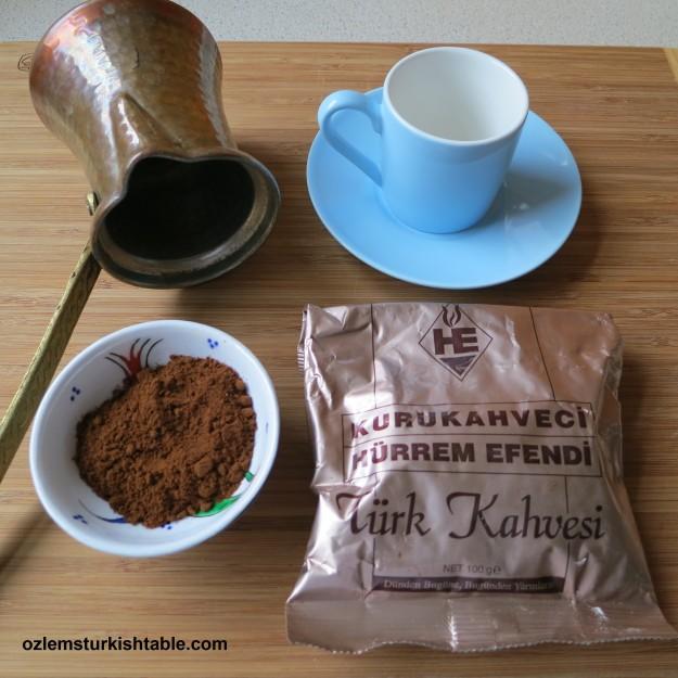 джезва, кофе, чашка и молотый кофе