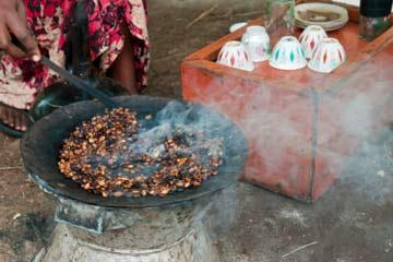 обжаривание кофе на углях в Эфиопии