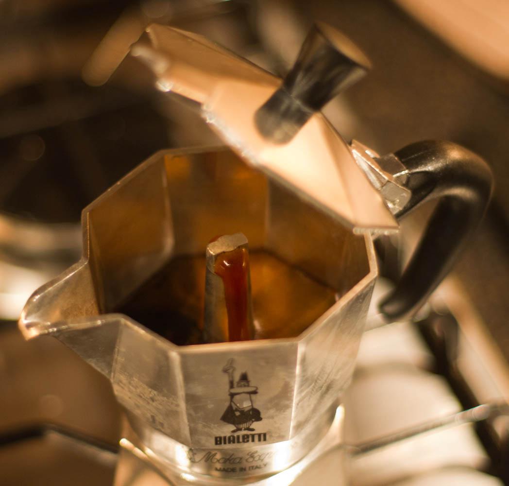 заваривание кофе в моке