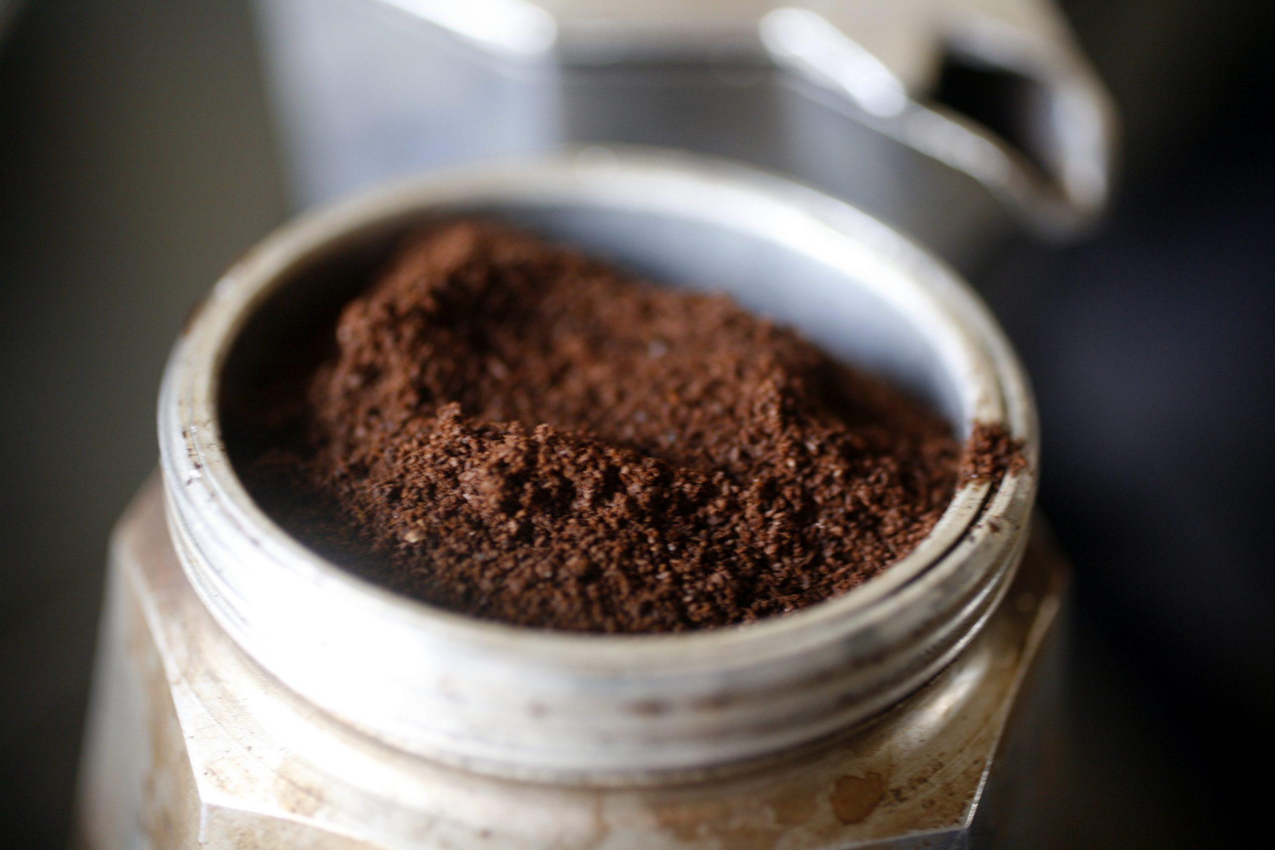 молотый кофе на фильтре гейзера