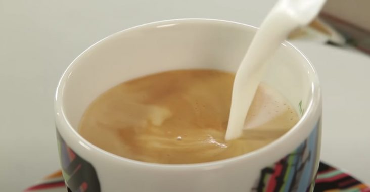 наливаем в кофе молоко
