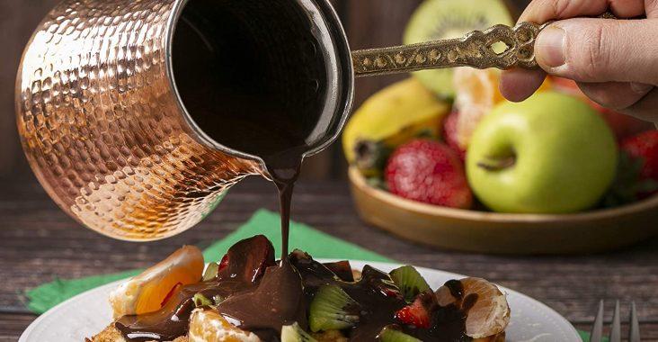 турка и тарелка с фруктами