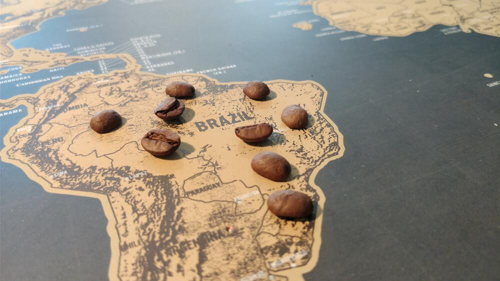 карта Бразилии с кофейными семенами