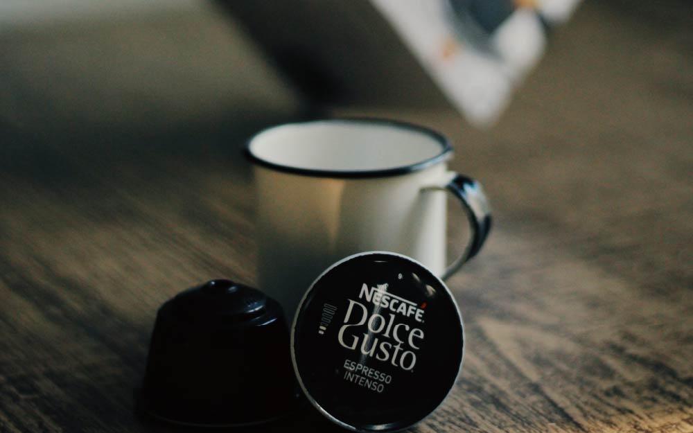 чашка рядом с капсулой
