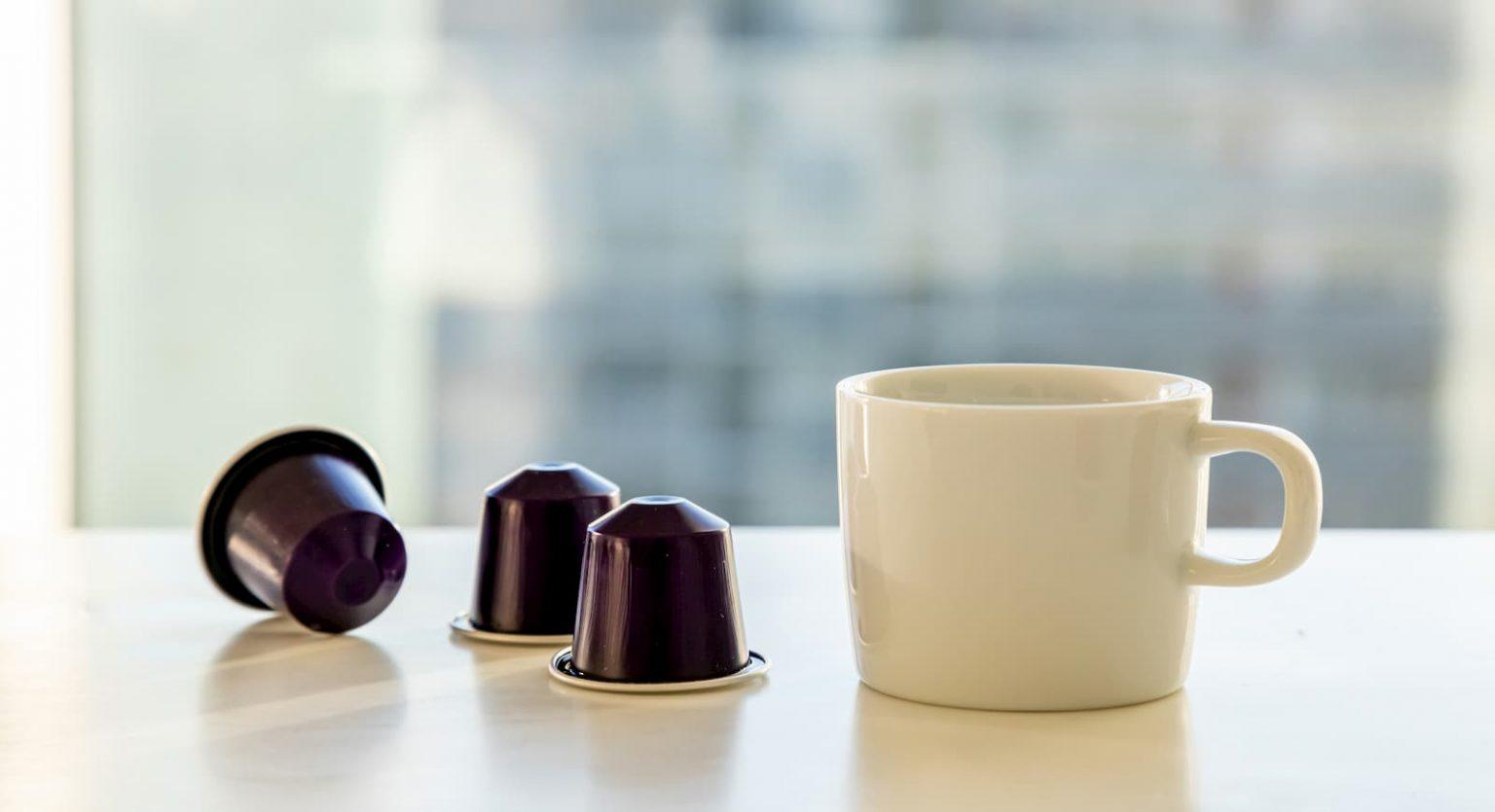 чашка белая и капсулы