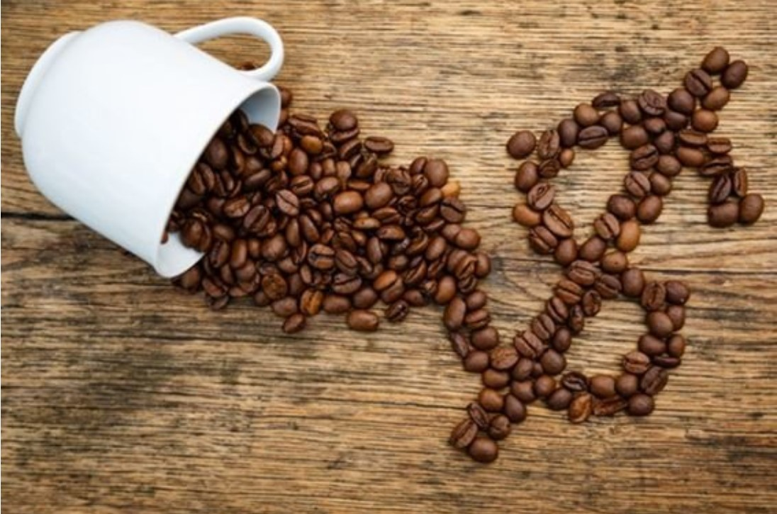 чашка, зерна и знак доллара