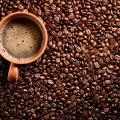 чашка кофе на зернах