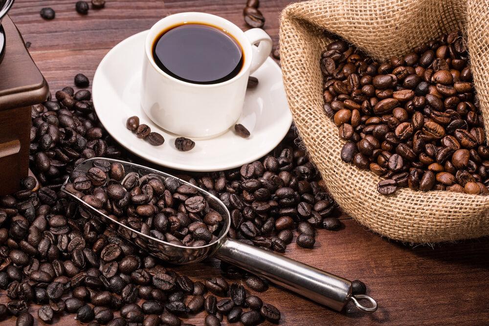 зерна, мешок и чашка кофе