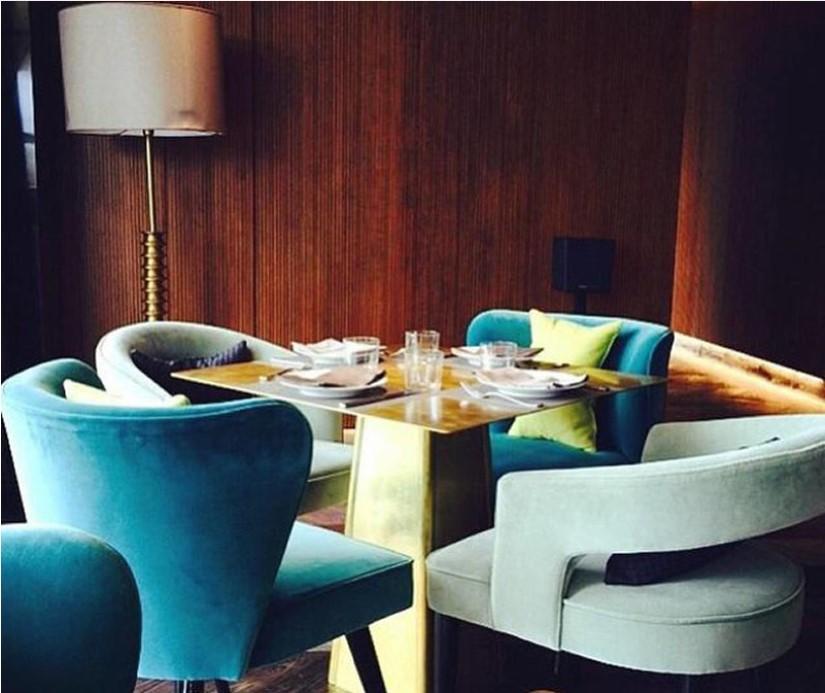 кофейня с синими сидениями