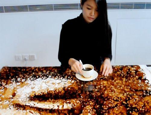 Hong Yi рисует портрет с помощью кофе