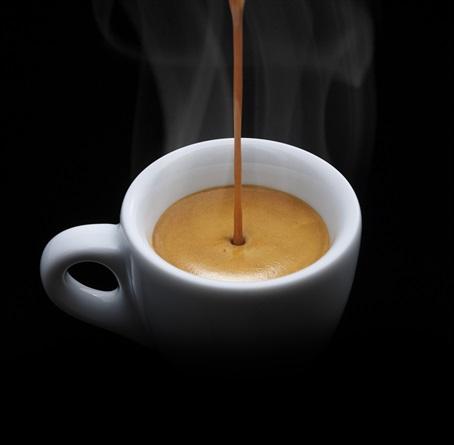 эспрессо и чашка демитассе на черном фоне