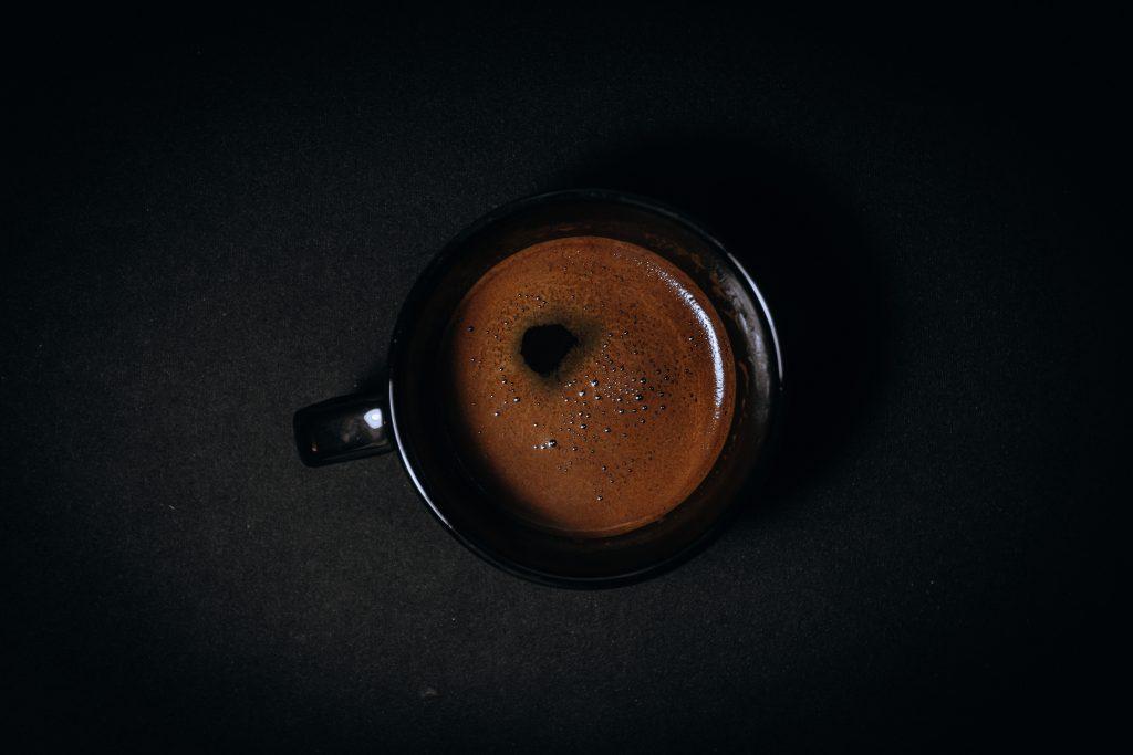 чашка на черном фоне
