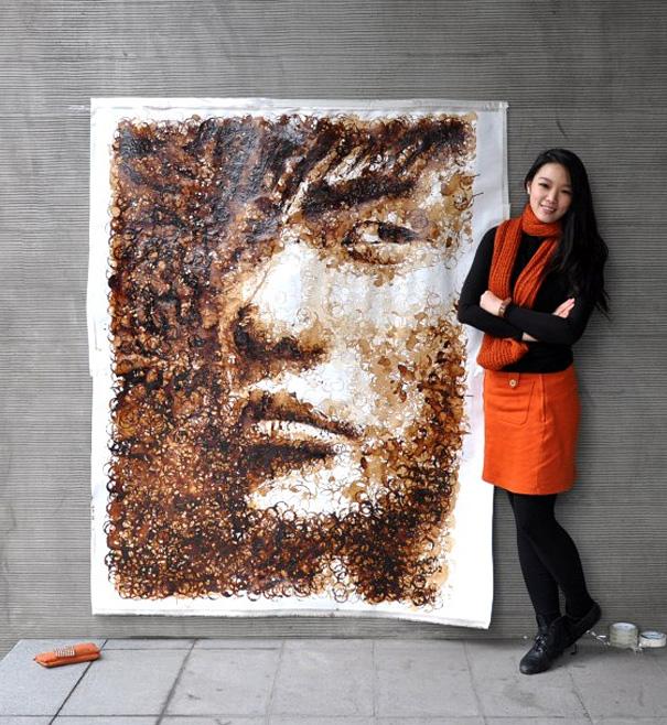 художница Hong Yi у своего портрета