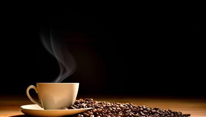 дымящаяся чашка среди зерен