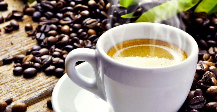 чашка кофе среди зерен