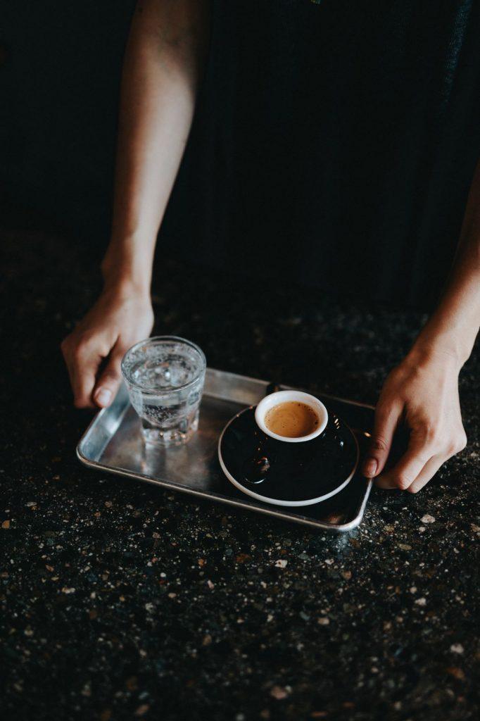 вода с кофе на черном фоне